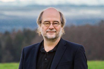 Porträt von Eike Hallitzky, Landesvorsitzender der bayerischen Grünen, in niederbayerischer Landschaft